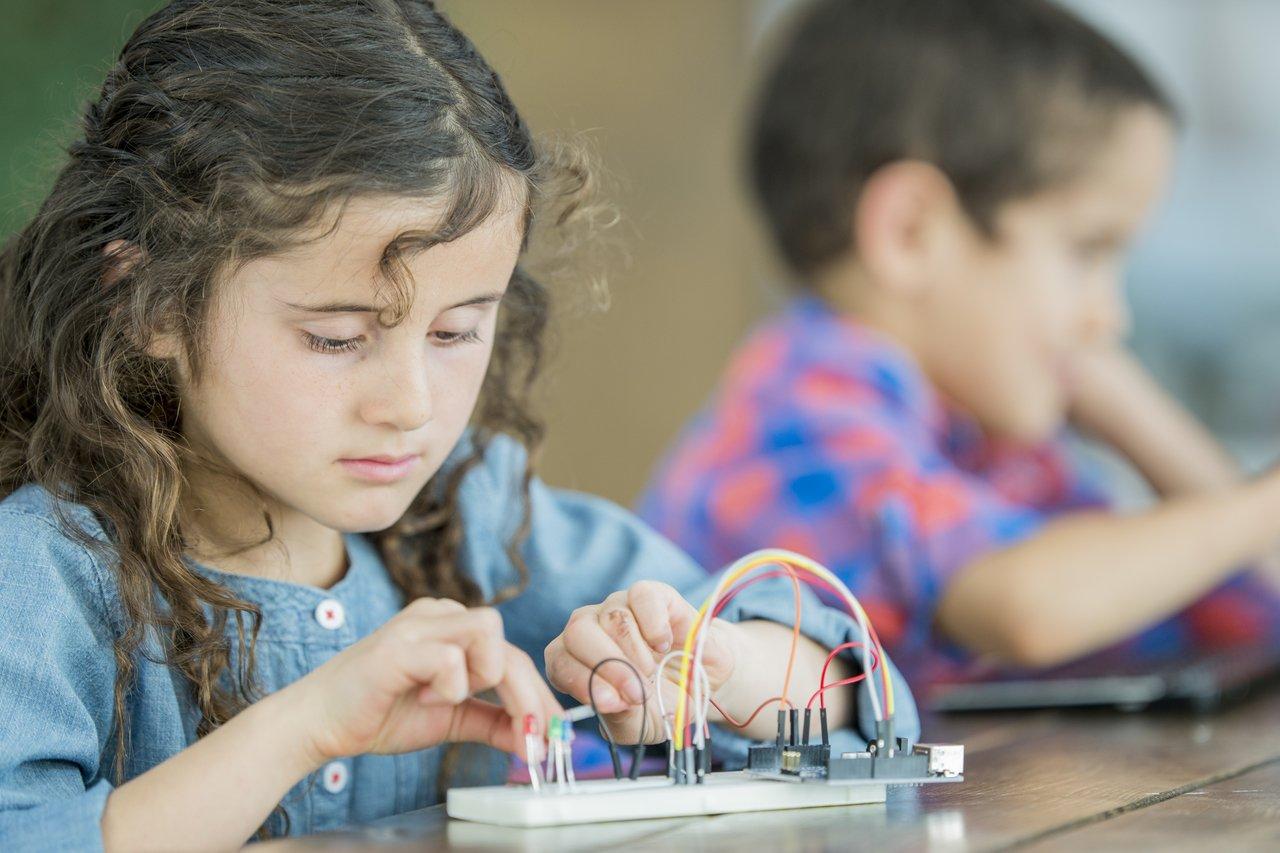 Menina monta circuito em sala de aula