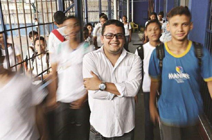 Rodrigo Froés em um dos corredores da EM Antônio Matias Fernandes, em Manaus