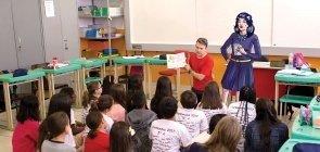 Sala de aula com desenho ao lado de professor representando outro professor