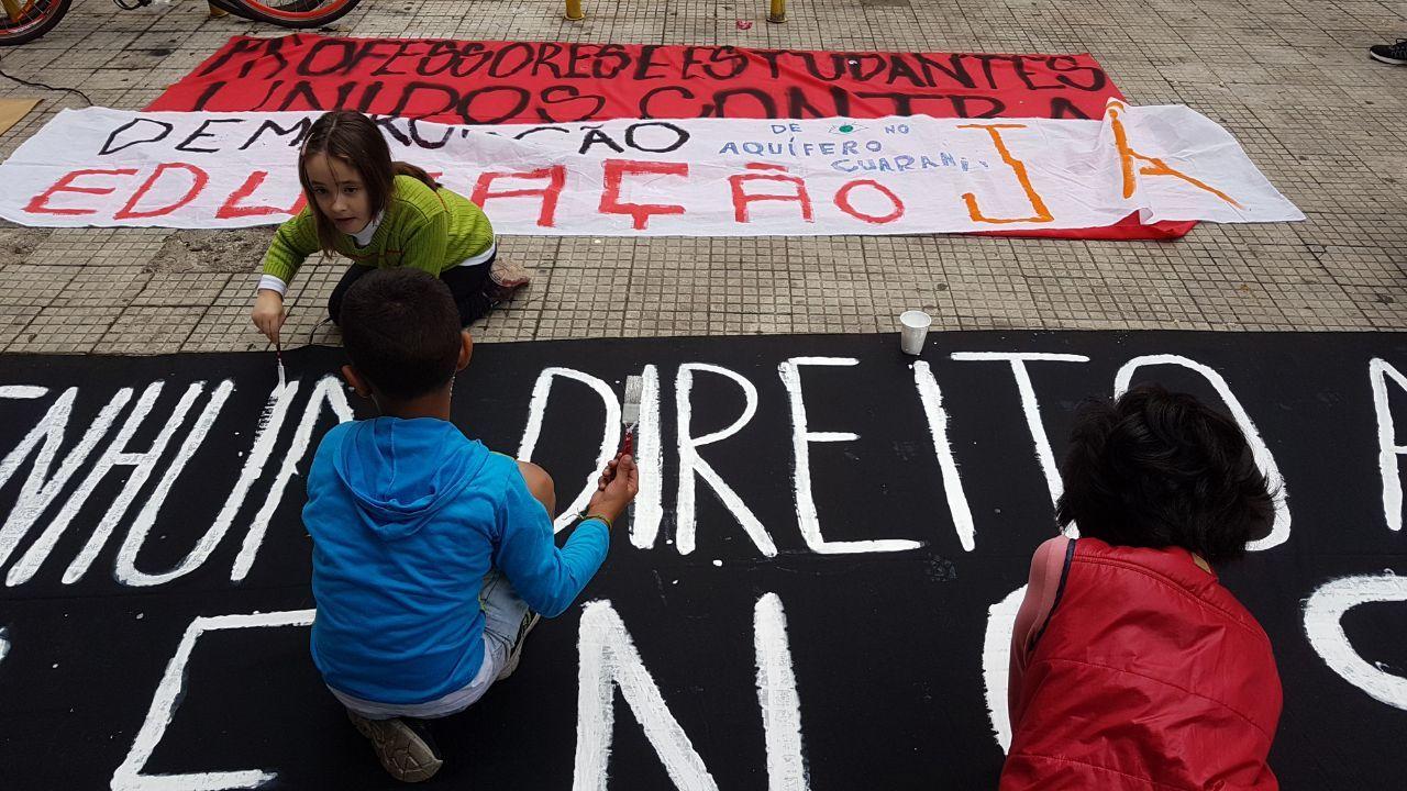 Crianças pintam faixas de protesto em São Paulo (SP)