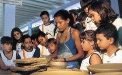 Paneleira manuseia o barro sob o olhar atento das crianças, em Vitória: chance para aprender que as panelas, maior símbolo da cultura popular capixaba, são uma tradição indígena de mais de 400 anos