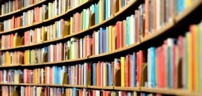 Livros nas prateleiras da biblioteca