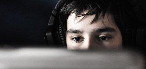 Menino joga videogame