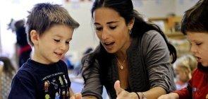 Professora ensina alunos a modelar com massa