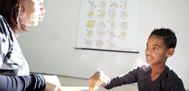 Ozana Vera Giorgini de Carvalho, professora da sala de recursos da EM Vasco Pinto da Fonseca, com seu aluno Caio Marcio Fernandes. Crédito: Nova Escola