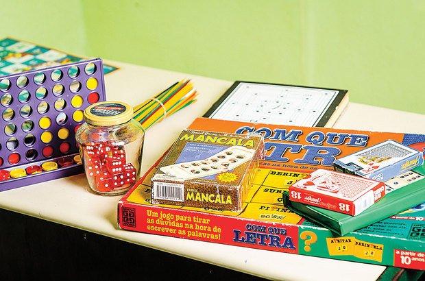 Em um dos cantos, disponibilize jogos e brinquedos para os alunos, explicando a hora de usá-los.
