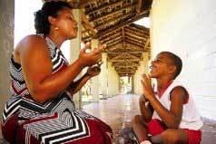 Rita de Cássia conversa com o filho Dayvid na língua de sinais: a participação das famílias é essencial para ao progresso das crianças. Foto: Edson Ruiz