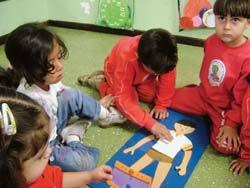 É HORA DE SE AUTOCONHECER Explorar as diferenças físicas entre meninos e meninas é uma forma de satisfazer a curiosidade das turmas de pré-escola. Na CEI Girassol, em Varginha, as professoras das turmas de pré-escola usam jogos e livros para falar sobre o tema. O quebra-cabeça, por exemplo, ajuda a conhecer o próprio corpo (e também o dos colegas). Foto: Lineker Silveira