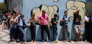Alunos do Ensino Médio aguardam a abertura dos portões para fazer as provas do Exame Nacional do Ensino Médio (Enem) em 2017, na universidade Estácio de Sá, no centro do Rio de Janeiro