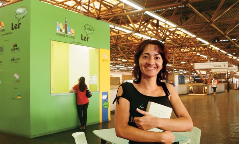 Maria das Graças Santos na biblioteca da estação Tatuaté do metrô, em São Paulo: projeto Embarque na Leitura tem 33 mil sócios. Foto: Marcos Rosa