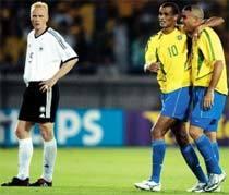 Ronaldo e Rivaldo comemoram o gol do pentacampeonato, em 2002. Foto: Bongarts/Getty Images