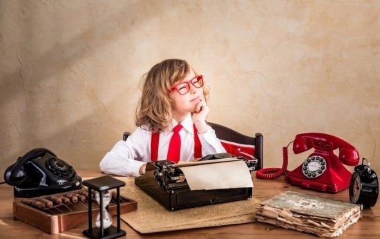 Criança em dúvida diante de uma mesa de trabalho