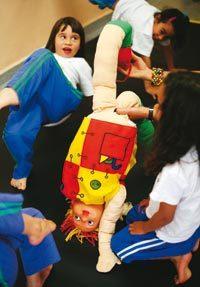ARTICULAÇÕES Ao imitar as posições em que está a boneca, a garotada aprende várias formas de se dobrar