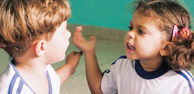 Planejar um trabalho sistemático que estimule a prática da linguagem oral pelas crianças favorece o seu desenvolvimento. Foto: Diana Abreu