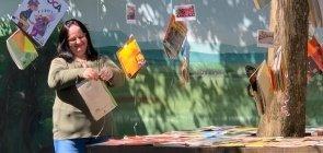 """Com """"pé de livros"""", professora Rita Silva cultiva uma comunidade literária na escola"""