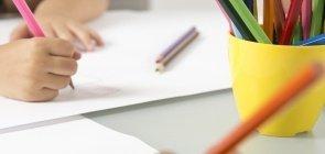 Crianças desenham com lápis coloridos