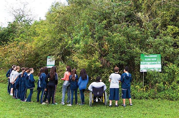 Uma visita de campo permitiu observar um sambaqui próximo à escola. Marcelo Almeida