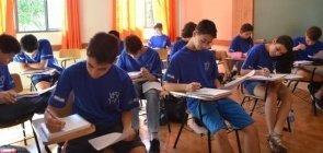 Alunos fazem prova em escola de Brasília