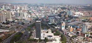 vista superior da região central de São Bernardo do Campo, com destaque ao Paço Municipal no centro da imagem