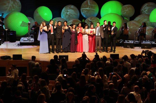 Os 11 educadores comemoram a premiação no final da festa, na Sala São Paulo