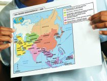A professora Mariza Pissinati trabalhou o mapa geoeconômico da Ásia com o 9º ano da EE do Jardim Eldorado. Em seguida, disse aos alunos que para elaborá-lo foram reunidas informações dos mapas temáticos também analisados. Foto: Andre Valentim