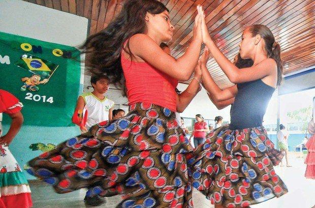 Em roda, os dançarinos batem palma com o parceiro da direita e depois da esquerda. Marcos Negrini/Agência Phocus