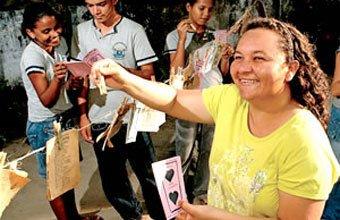 Francisca e os alunos com o varal de cordéis: literatura ao alcance de todos. Foto: Drawlio Joca