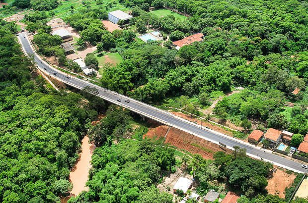 Três obras de mobilidade urbana estão previstas em Cuiabá. As intervenções incluem a edificação da Ponte Eucaliptos e de viadutos. Também está programada a construção de vias de acesso à Arena Pantanal e do Veículo Leve sobre Trilhos (VLT).