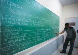 O JEITO DE CADA UM No quadro, alunos experimentam várias estratégias de resolução de problemas. Foto: Léo Drumond