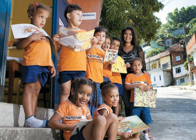 Grupo de pré-escola atendido pela Esquina do Livro, no Rio de Janeiro: entre os 5 mil títulos disponíveis, os preferidos são livros-brinquedos e contos de fadas. Foto: Gilvan Barreto