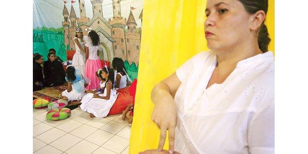 PROTAGONISTAS E COADJUVANTES Na EE Clarisse Fecury, em Rio Branco, alunos surdos participam normalmente das classes de Teatro do 5º ano. A garotada já fez peças sem diálogos, espetáculos de dança, cenas usando libras e montagens com falas.