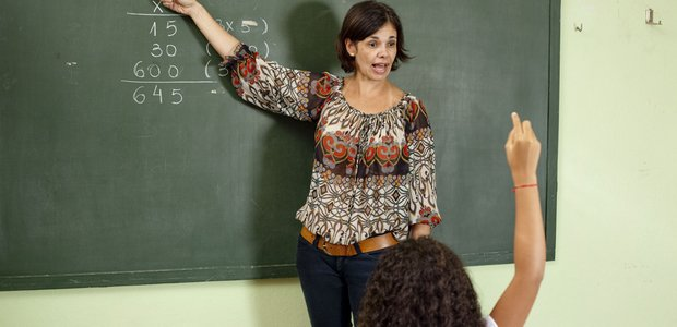 Professora e alunos da EMEF PROFESSOR OLAVO PEZZOTTI. Curso online de Matemática: Cálculo mental. Crédito: Marina Piedade