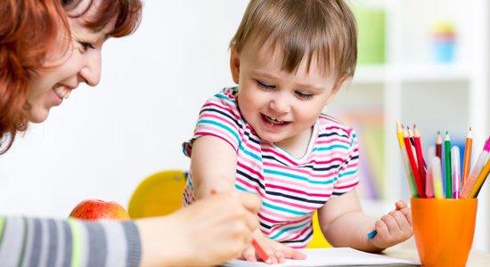 Professora pinta com bebê em sala de aula (Foto: Shutterstock/Oksana Kuzmina)
