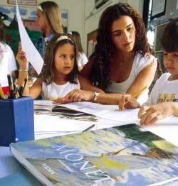 Viviane e os alunos: consulta aos livros antes de visitar exposições. Foto: Gustavo Lourenção