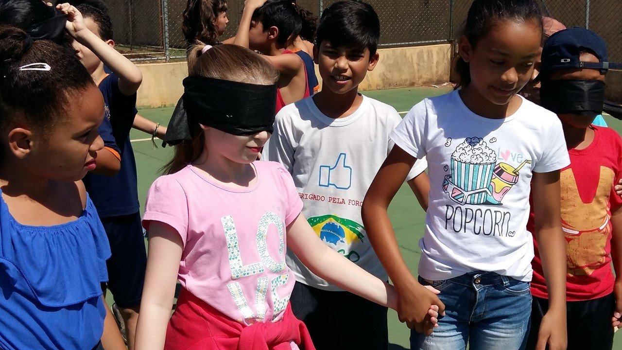Alunos fazem atividades com os olhos vendados em Paulínia