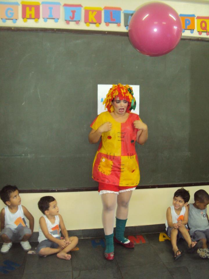 A professora Mariely Ribeiro contando histórias