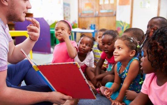 Crianças em atividade de leitura na pré-escola