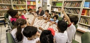 Mara Mansani com alunos em roda de conversa