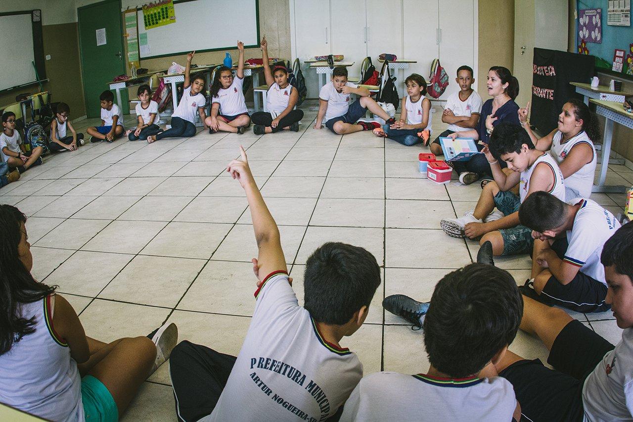 Crianças reunidas na EMEF Francisco Cardona, em Artur Nogueira