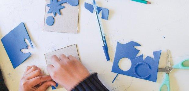 Para criar padrões variados, os alunos fizeram moldes com recortes de EVA. Foto: Arquivo pessoal/Anderson Leitão