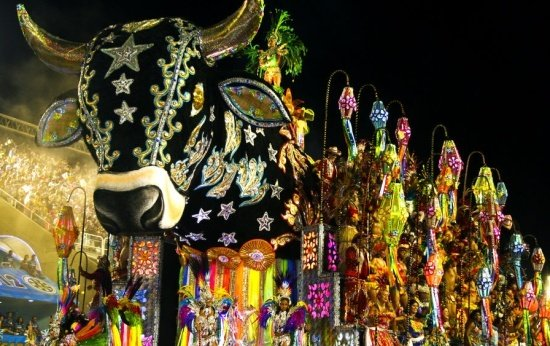 Carro alegórico representando o boi-bumbá no Carnaval do Rio de Janeiro