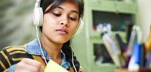 Estudante ouve música com fone de ouvido