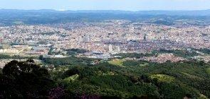 Mogi das Cruzes a partir do Pico do Urubu, com natureza na frente e a cidade ao fundo