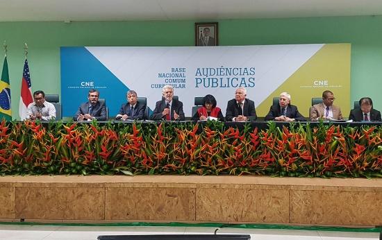 Mesa de debate com autoridades ligadas à Educação