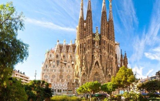 Imagem da fachada da Basílica da Sagrada Família, em Barcelona