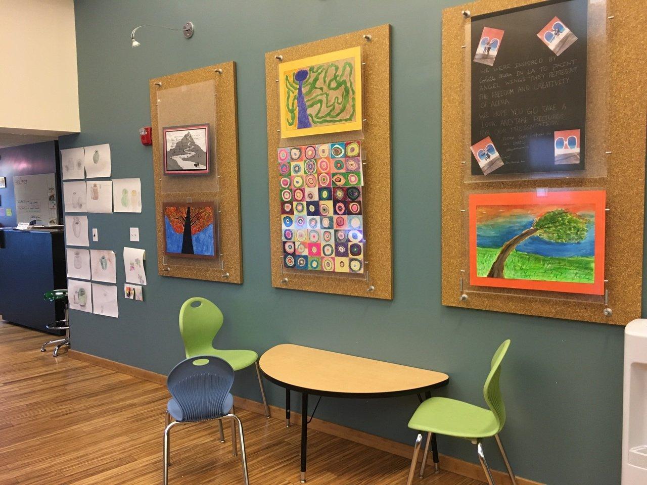 Acera School. Na escola, os trabalhos ficam expostos na parede.