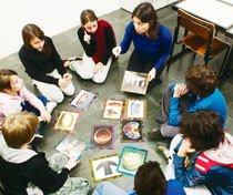 CULTURA MATERIAL No Colégio Ítaca, os alunos discutem sobre o que podem revelar diferentes artefatos. Foto: Marcelo Min