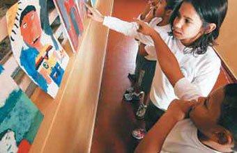 EXPOSIÇÃO Os corredores da escola viraram galeria, com direito a visitação pública. FOTOS DANIEL ARATANGY