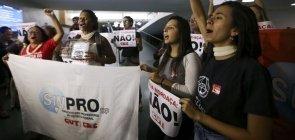 Manifestantes contra o Escola Sem Partido em Brasília