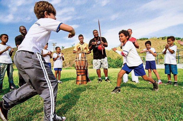 Lindinalvo Natividade <i>(no centro)</i> realizou rodas de capoeira na EM Aureliano Portugal. Fernando Frazão